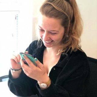 Wisten jullie dat Nederlanders gemiddeld 50 dagen per jaar op hun smartphone bezig zijn...!🤯😳 Het dagelijkse gemiddelde ligt op 3 uur en 15 minuten. WOW!😟 *LEGT METEEN TELEFOON WEG* Wat jij? Hier nog meer feitjes...   🙊 De meeste mensen ontlokken hun telefoon gemiddeld 58 keer per dag, vaak tijdens werkuren! 🐙 In Amerika ligt dit gemiddelde op 96 keer per dag 🐛 De meeste telefoonsessies duren niet minder dan 2 minuten. 🦆 50% van alle schermtijd sessies starten binnen drie minuten na de vorige sessie.  🙉 Uit diverse onderzoeken blijkt dat je gemiddeld 40% van je productiviteit verliest mede door je smartphone. Dit komt omdat het weer even duurt voordat je weer in volledige focus zit na een schermtijd sessie.  Wij zijn veel op onze telefoon bezig voor ons werk. Denk aan social media, Whatsapp en ook gewoon nog 'ouderwets' bellen. Persoonlijk probeer ik mijn telefoon veel weg te leggen. Gebruik jij je telefoon veel tijdens je werk of juist meer persoonlijk?   #confronterend #phonefacts #telefoonweetjes #digitalalert #blauwlicht #feiten #feitjes #infinitymarketing #socialmedia #marketing #marketinguitvoering