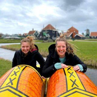 FRIDAY: Time to make weekend plans!🙂😁 Ja, nou breekt mijn klomp!❤  Omdat we nu natuurlijk niet heel veel kunnen doen, denk aan: terrasje pakken, shoppen, naar de bioscoop, musea, etc. Besloten wij vorige week om dan maar te gaan sightseeën in eigen land. Deze foto namen we bij de Zaanse Schans...! Wisten jullie dat hier in de 17e eeuw maar liefst 900 molens stonden!?  #sightseeing #nederland #volendam #monickendam #zaanseschans #klompen #touren #vriendinnen #timeofourlives #soortvanvakantiegevoel #infinitymarketing